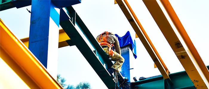 کارگر درحال نصب و اجرا سقف عرشه فولادی